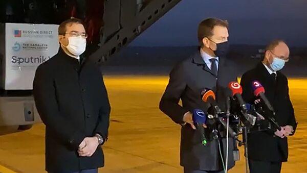 Slovenský premiér Igor Matovič (uprostřed) na letišti v Košicích, kam byly dopraveny první dodávky ruské vakcíny Sputnik V - Sputnik Česká republika