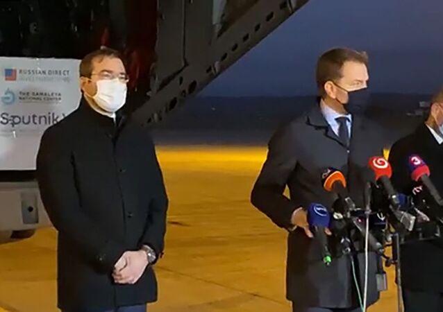 Slovenský premiér Igor Matovič (uprostřed) na letišti v Košicích, kam byly dopraveny první dodávky ruské vakcíny Sputnik V