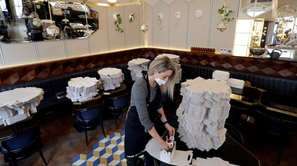 Упаковка пирожных в виде вируса SARS-CoV-2 и вакцины в кафе в Праге, Чехия - Sputnik Česká republika