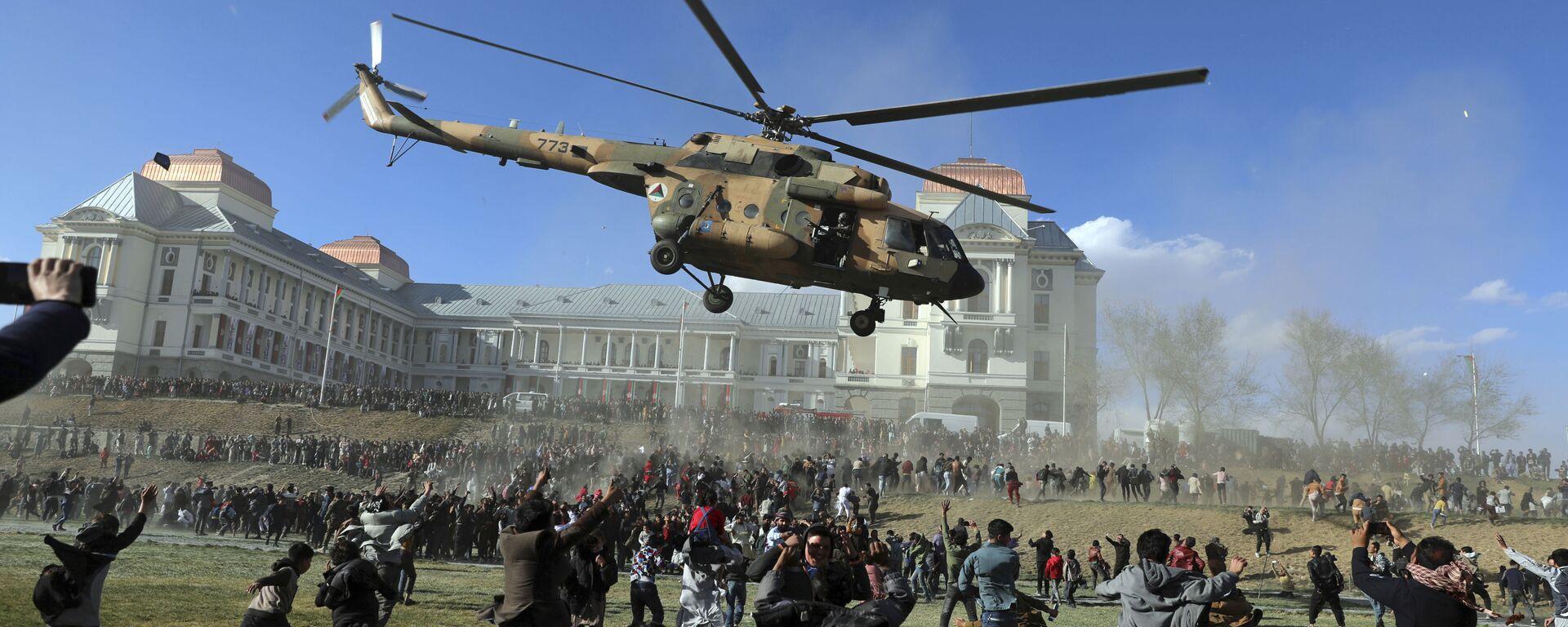 Ilustrační foto. Vojenská helikoptéra letá nad lidmi během výstavy afghánských bezpečnostních sil v paláci Darul Aman v Kábulu, Afghánistán  - Sputnik Česká republika, 1920, 18.08.2021