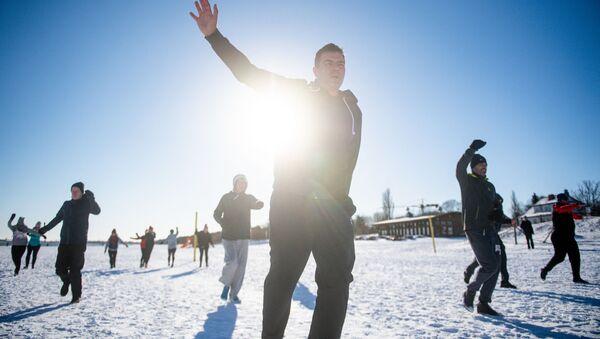 Milovníci zimního plavání dělají rozcvičku před rozplavbou  - Sputnik Česká republika