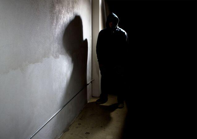 Zlověstný cizinec v temné uličce