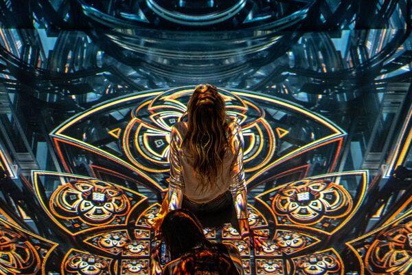 Návštěvníce na výstavě immerzivních audiovizuálních instalací Julia Horsthuise v ARTECHOUSE NYC v New Yorku, USA.   - Sputnik Česká republika