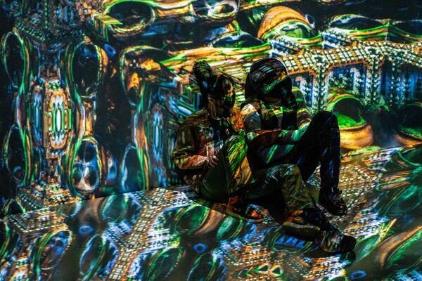 Návštěvníci výstavy odpočívají v místnosti s audiovizuální instalací.  - Sputnik Česká republika