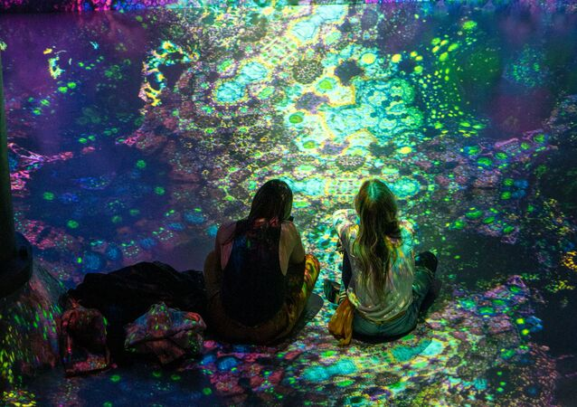 Návštěvníci na výstavě immerzivních audiovizuálních instalací Julia Horsthuise v New Yorku, USA