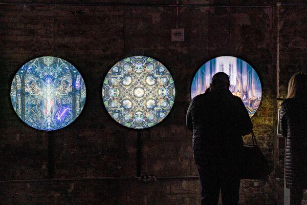 Návštěvniсe výstavy interaguje s instalací umělce.   - Sputnik Česká republika