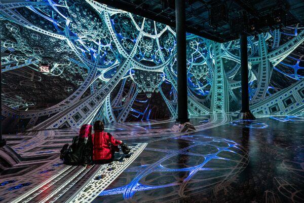 Mládež uvnitř inovativního prostoru digitálního umění.  - Sputnik Česká republika