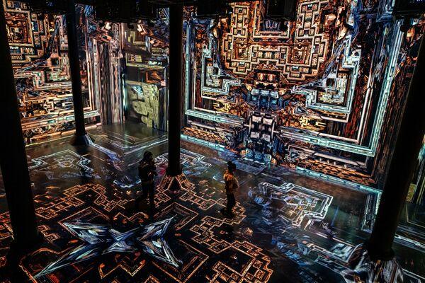 Návštěvníci výstavy putují nekonečnými geometrickými vzory fraktálních světů.   - Sputnik Česká republika