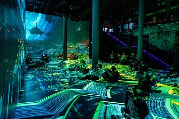 Návštěvníci výstavy během zážitku ponoření do alternativní reality.  - Sputnik Česká republika