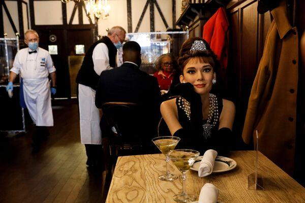 Vosková figurína Audrey Hepburnové v Peter Luger Steakhouse v New Yorku - Sputnik Česká republika