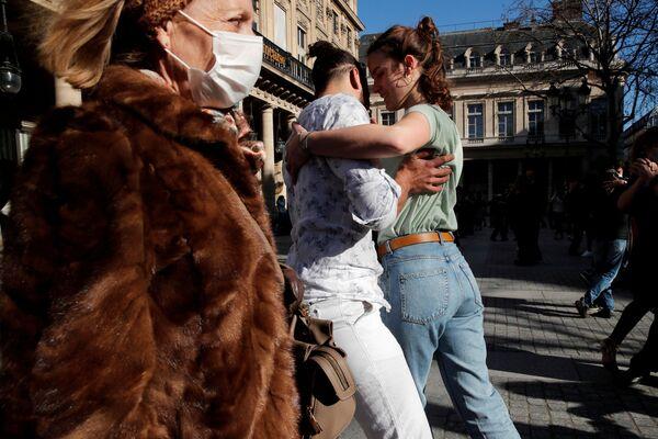 Pár tančí tango před Comedie Francaise na Place Colette v Paříži - Sputnik Česká republika