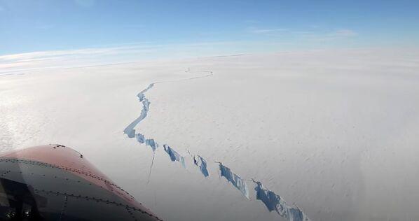 Trhlina na šelfovém ledovci Brunt na Antarktidě  - Sputnik Česká republika