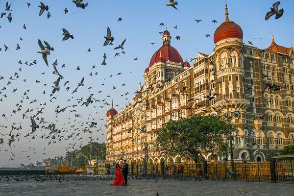 Pár pózuje před hotelem Tádž Mahal v Bombaji - Sputnik Česká republika