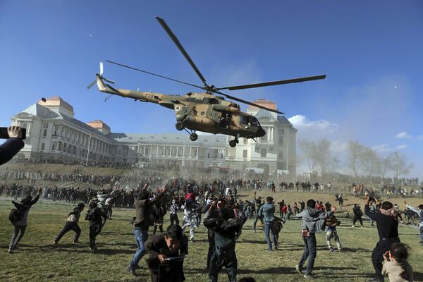 Vojenský vrtulník během výstavy zbraní v afghánském Kábulu - Sputnik Česká republika