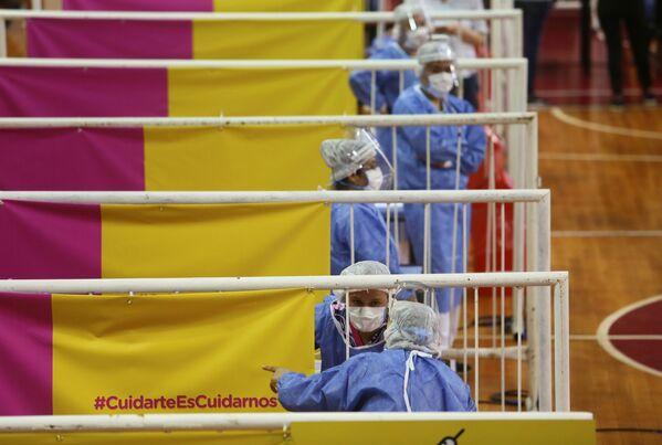 Zdravotníci během očkovaní ruskou vakcínou Sputnik V na stadionu River Plate v argentinském Buenos Aires - Sputnik Česká republika