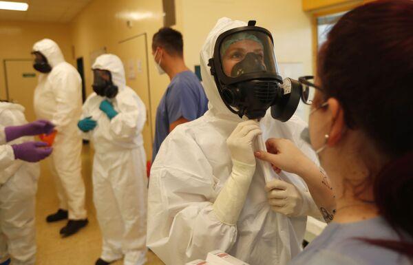 Lékaři na jednotce intenzivní péče v nemocnici v Kyjově v České republice - Sputnik Česká republika