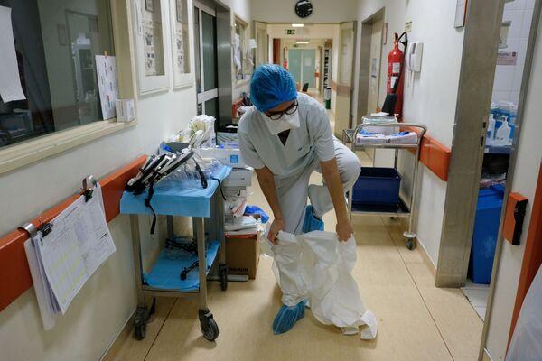 Zdravotní sestra před návštěvou covidového oddělení v nemocnici v portugalském Lisabonu - Sputnik Česká republika
