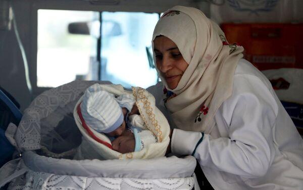 Zdravotní sestra se siamskými dvojčaty v sanitce na letišti v Jemenu - Sputnik Česká republika