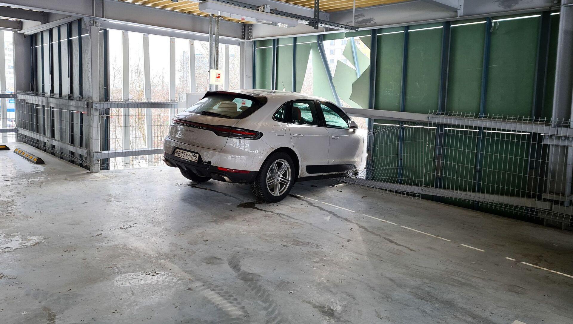 Řidič Porsche prorazil zeď vnitřního parkoviště a k jeho smůle v ní uvízl - Sputnik Česká republika, 1920, 20.04.2021