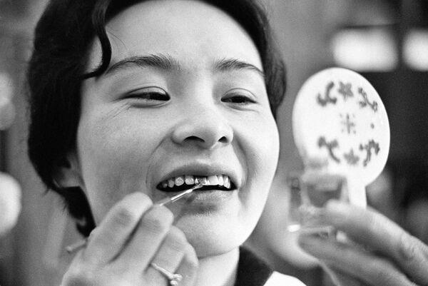 Japonská dívka si maluje zuby černou barvou - Sputnik Česká republika