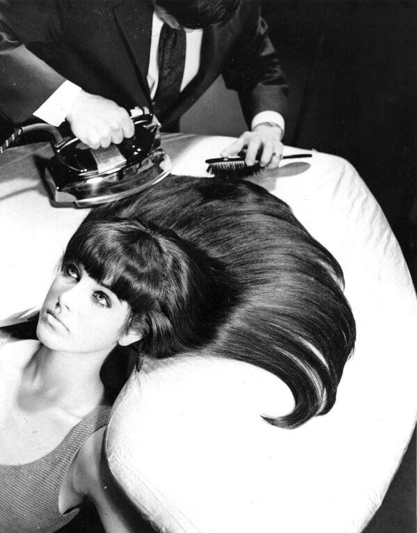 Americký stylista žehlí vlasy modelky - Sputnik Česká republika