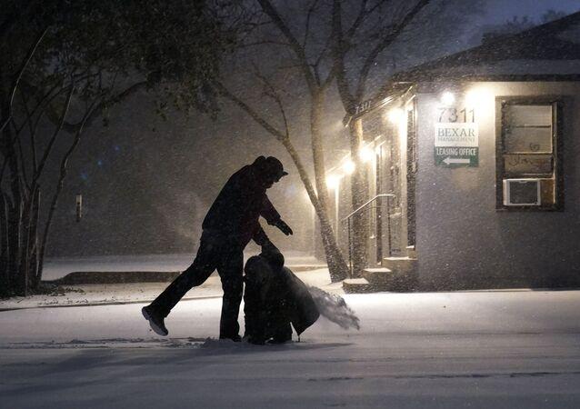 Následky sněžení v San Antoniu v Texasu