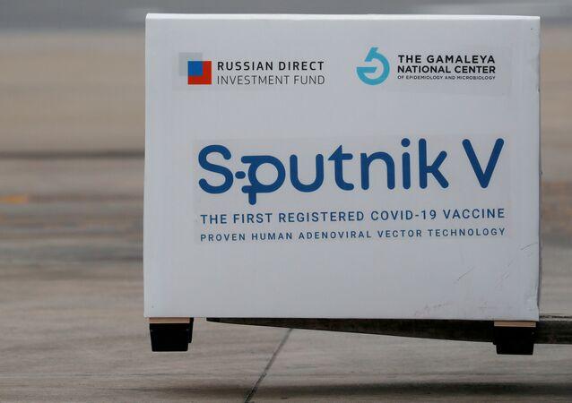 Zásilka vakcín Sputnik V přistává v argentinském Buenos Aires