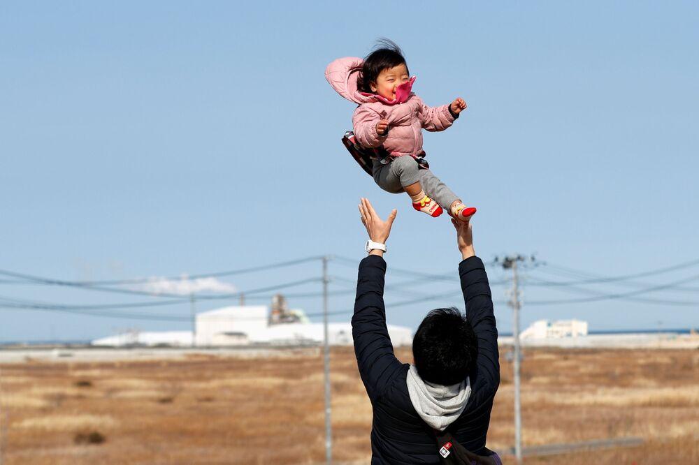 Muž, který přišel o své příbuzné během zemětřesení v roce 2011, se svým synem v prefektuře Fukušima