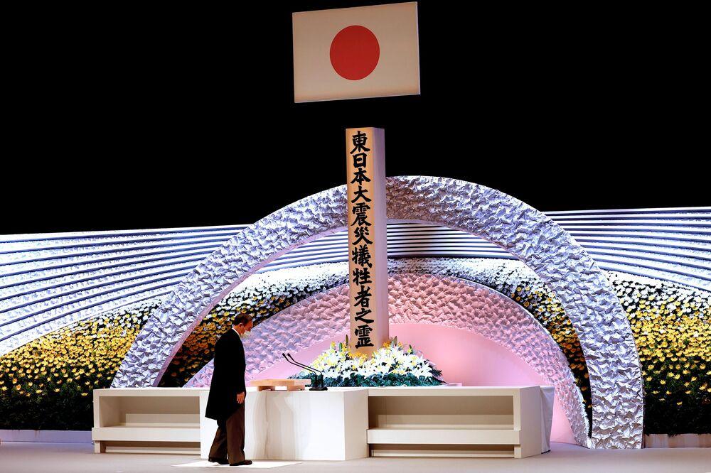 Japonský premiér Jošihide Suga během ceremonie na památku obětí zemětřesení r. 2011