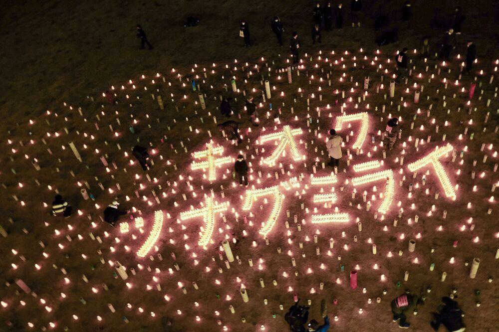 Zapálené svíčky na památku obětí zemětřesení r. 2011