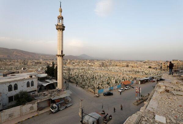 Výhled na hřbitov v syrském městě Dúmá.  - Sputnik Česká republika