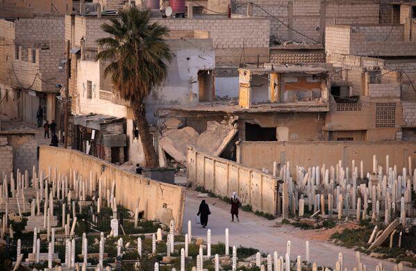 Lidé vedle hřbitova v syrském městě Dúmá. - Sputnik Česká republika