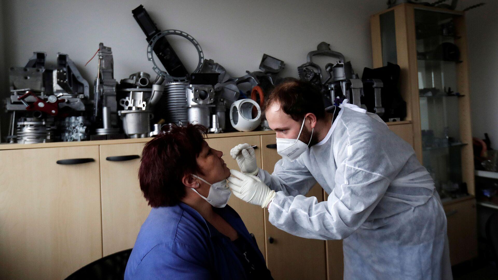 Testování na koronavirus zaměstnanců technologické společnosti Benes and Lat v Česku - Sputnik Česká republika, 1920, 12.09.2021