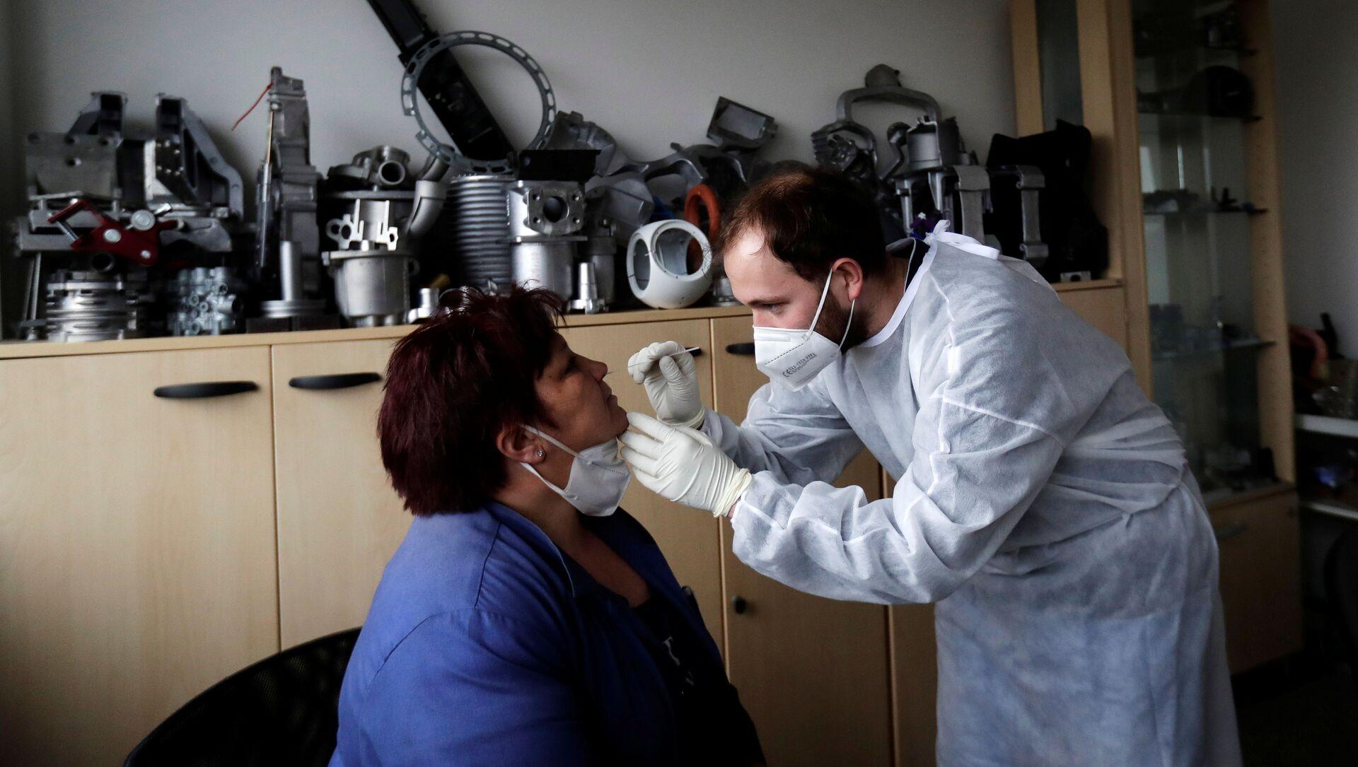Testování na koronavirus zaměstnanců technologické společnosti Benes and Lat v Česku - Sputnik Česká republika, 1920, 15.03.2021