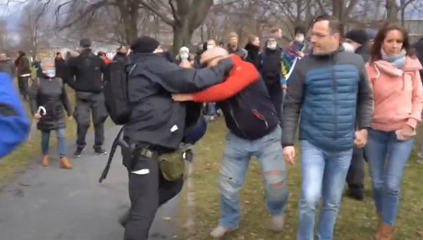V Drážďanech během zakázané demonstrace došlo k tvrdému střetu mezi demonstranty a policisty - Sputnik Česká republika