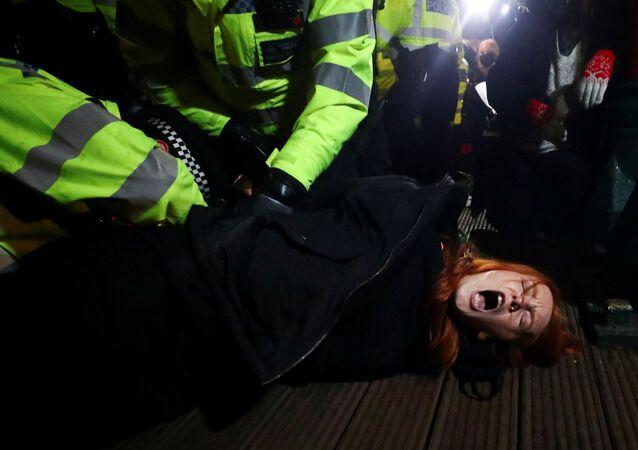 Během pietní akce za zavražděnou Sarah Everardovou, Londýn