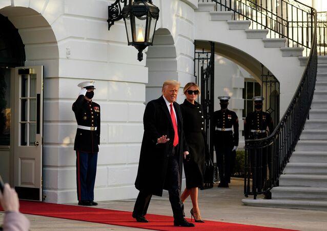 Donald Trump se ženou Melanií, když opouští Bílý dům. Ilustrační foto