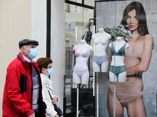 Pár se prochází kolem obchodu se spodním prádlem v Nice, Francie. - Sputnik Česká republika