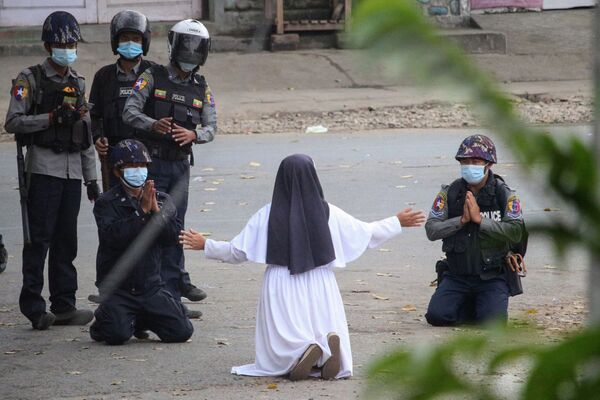 Jeptiška žádá policisty, aby neubližovali protestujícím proti vojenskému převratu v Myanmaru.  - Sputnik Česká republika
