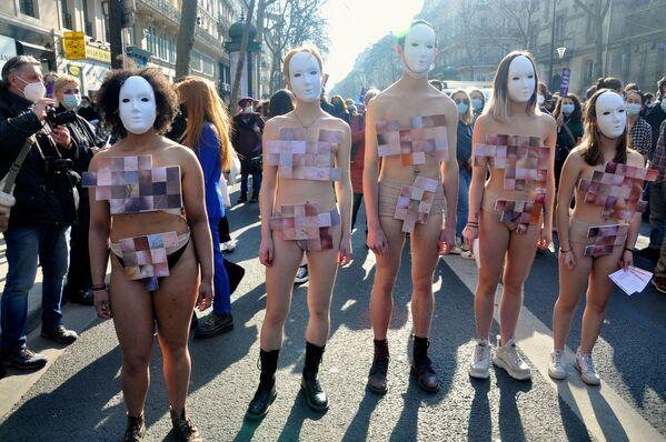 Účastníci feministického pochodu v Paříži. - Sputnik Česká republika