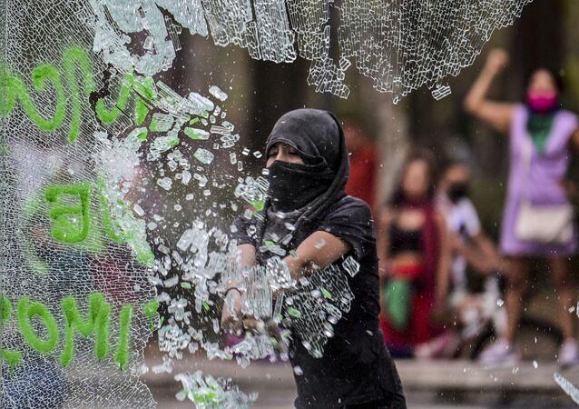 Brutální střety s policií, oslava Mezinárodního dne žen a další události týdne v galerii Sputniku