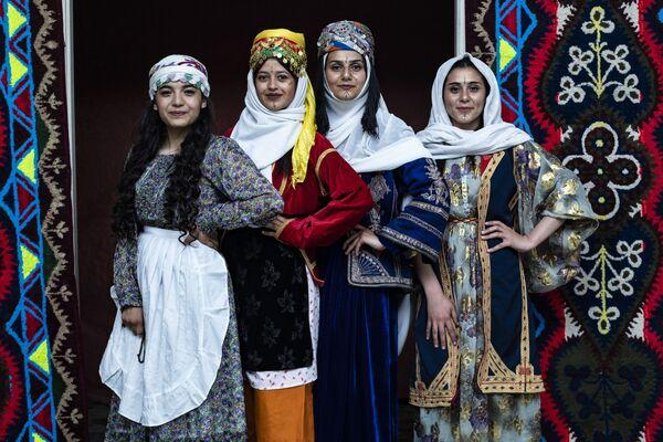Syrské Kurdky v tradičním oblečení. - Sputnik Česká republika