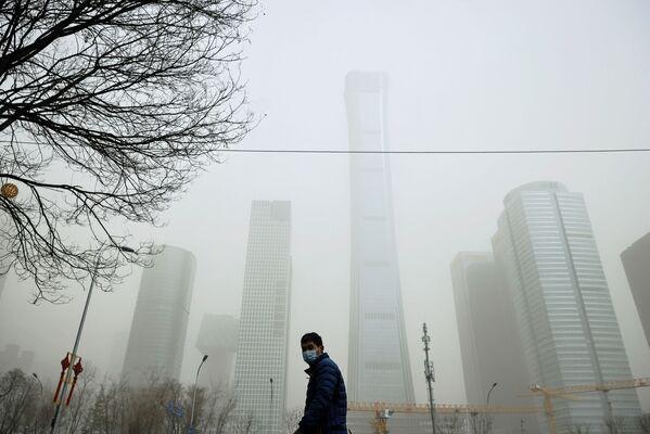 Mlha po písečné bouři v Pekingu.  - Sputnik Česká republika