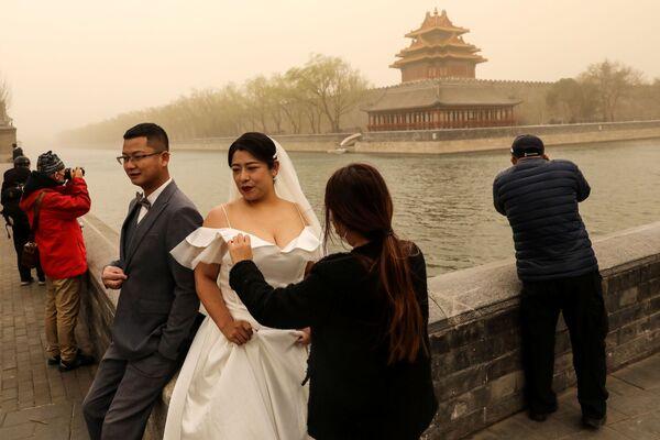 Svatební focení během písečné bouře v Pekingu.  - Sputnik Česká republika