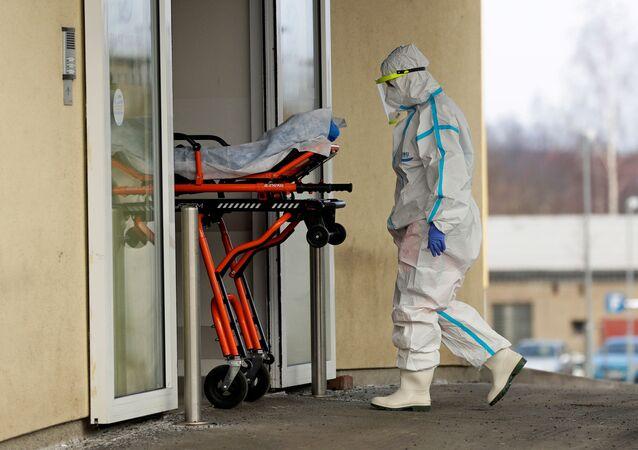 Pacient s koronavirem v české nemocnici