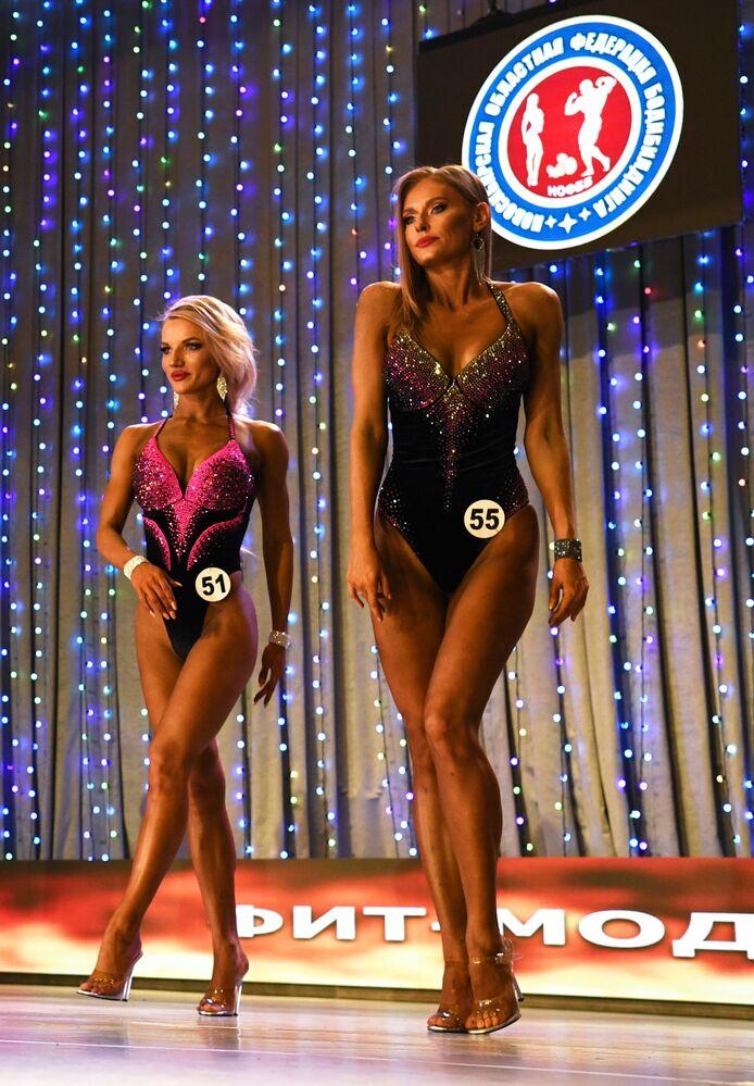 Sportovci během vystoupení v kategorii Fit Model na Novosibirské soutěži kulturistů