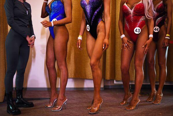 Sportovci se připravují na vystoupení na Novosibirské soutěži kulturistů . - Sputnik Česká republika