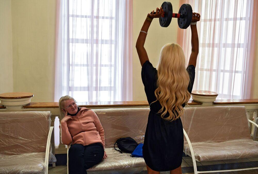 Sportovkyně se připravuje na vystoupení na Novosibirské soutěži kulturistů