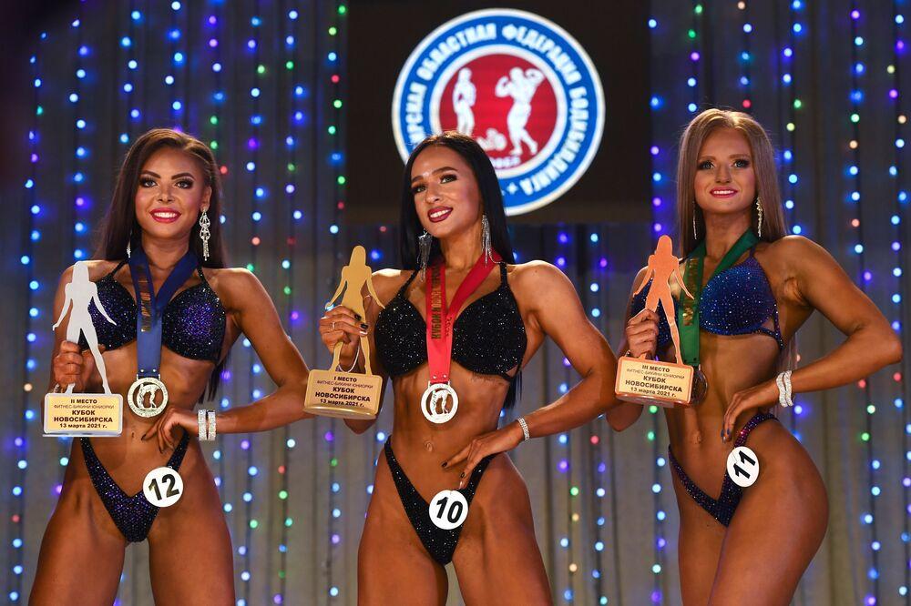 Vítězové v kategorii Fitness Bikini Junior na Novosibirské soutěži kulturistů