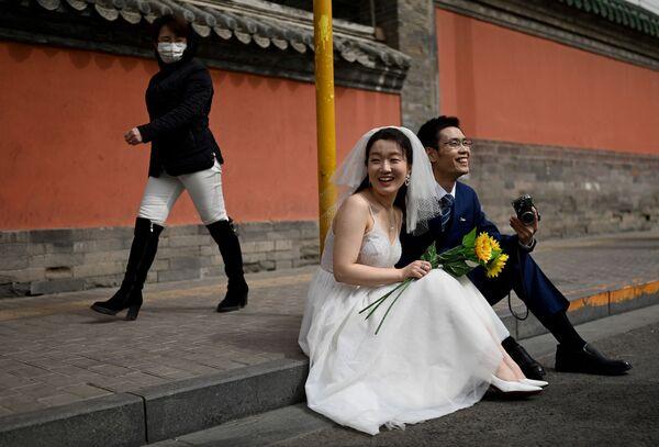 Novomanželé před začátkem svatebního focení v Pekingu.  - Sputnik Česká republika